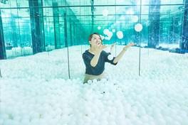 """""""展望台に雪のような白いボールが降り積もる"""