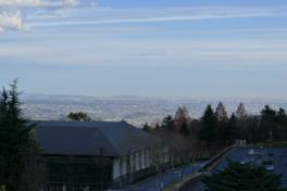 展望台から南東方面に広がる渋川市街地を眺める