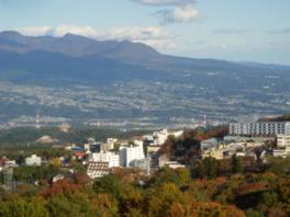 伊香保温泉街の向こうに雄大な赤城山が見られる