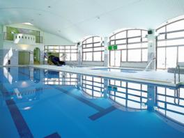 室内温水プールの水中エクササイズは誰でも無料参加できる