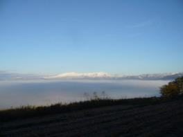 恋人岬から雲海の向こうに飯豊連峰を望む
