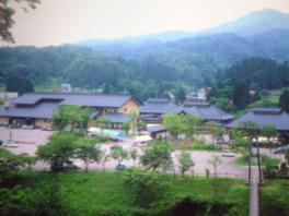 里山に囲まれた露天風呂からは、四季折々の黒姫山を望める