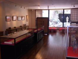 大きな窓から自然光が差し込む展示室