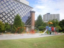 南側の遊具広場には起状のある芝生が広がり、子供達がのびのびと遊んでいる