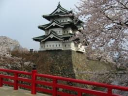 桜の季節には弘前さくらまつりが行われる