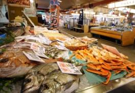 新鮮な海の幸がずらりと並ぶ「生鮮市場」