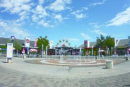 中央の広場を囲むように施設が並ぶ