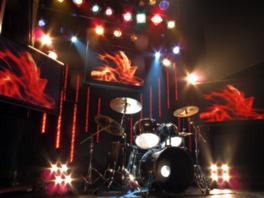 ステージ上には3つのモニターが備え付けられている