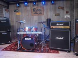 ドラムセットはアメリカのロックバンドKORNのドラマー、レイ・ルジアーが使用していたもの
