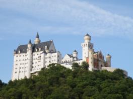 ノイシュバンシュタイン城をモチーフにした「白鳥城」