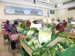 特産物、野菜など地元の新鮮な品が並ぶ