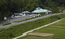 長野市と白馬村を結ぶオリンピック道路沿いに位置