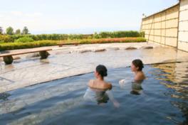 関東平野を一望する露天風呂。夜景も絶景だ