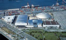 右上のドーム状の屋根が第1展示館、右下の茶色い屋根が第2展示館、左のカーブした屋根が第3展示館