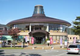 小町の旅姿をモチーフにデザインされた建物が特徴
