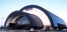 半円形のシェルター状の建物内に多目的アリーナがある