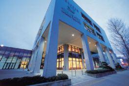 地上4階建ての建物にコンベンション施設やレストランが集約されている