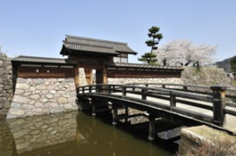 発掘調査と絵図を基本に復元された太鼓門と橋