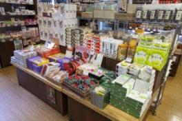 店内には鳥取の銘菓など、多彩な商品を取り揃えている