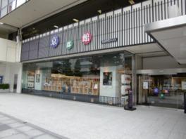 ガラス越しに京都の名産品が並べられている