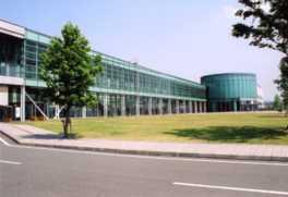 全面がガラスで覆われた近代的な施設