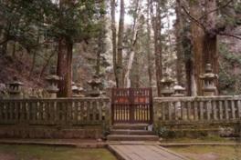 城内にある毛利元就の墓所