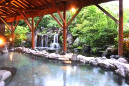 流れ落ちる水の風景にも心が安らぐ露天風呂