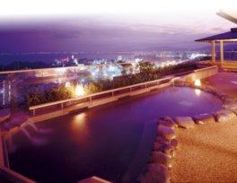琵琶湖が一望できる露天風呂「月心の湯」。ヒノキ風呂や足湯もある