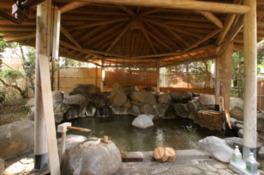 貸切露天風呂は2ヶ所。他に貸切家族湯、大浴場が2ヶ所ずつある