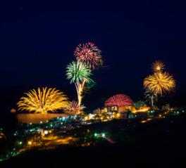 色とりどりの花火が湖面に映り込み、幻想的な世界を作り出す
