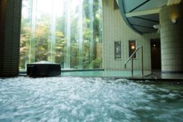 全面ガラス張り、吹き抜けの広々とした大浴場(男湯)