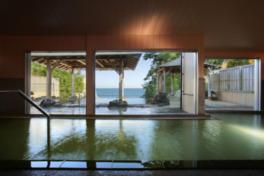 別館 大観荘の内湯。広々と開放感がある