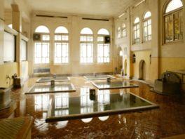 アーチ型の窓や高い天井などが見事な元禄の湯