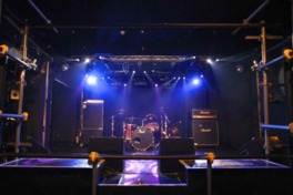 知名度の高いバンドから地元出身のミュージシャンまでが立つステージ