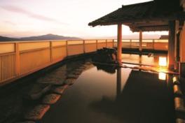 8階の展望露天風呂は、日常を忘れさせてくれる開放感