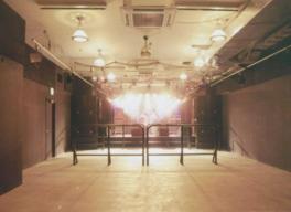 ステージは低めでアーティストをより身近に感じることができる