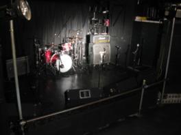 黒を基調としたフロアとステージにアーティストが映える