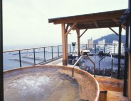 右に伊勢神宮、左に伏見神社を遠拝する雲上露天風呂