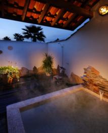 鳥のさえずりや椰子の葉の音なども楽しめる温泉露天風呂