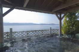 海風が心地良い温泉露天風呂。目の前には和歌浦湾が広がる