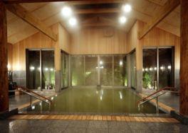女将デザインのヒノキが香る大浴場