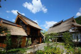 移築された由緒ある茅葺き屋根の民家が並ぶ