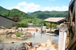 日本最大級!最大入浴人数200人を誇る露天風呂