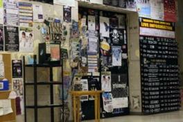 ステッカーやポスターが無造作に貼られたライブハウスらしい入口