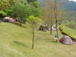 緑川ダム湖と自然に囲まれたキャンプ場