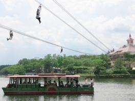 りんどう湖上を滑空する「ジップライン~KAKKU~」が大人気