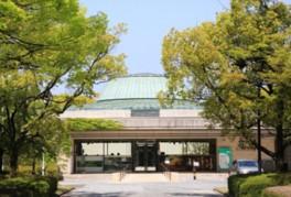 体育館や図書館など文化施設が集合するエリアに立つ