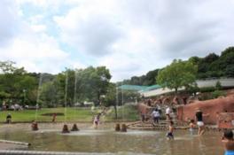 館外には水遊びができる水の広場もある