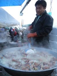 シャコ鍋(価格未定)などシャコを使った料理を実演販売