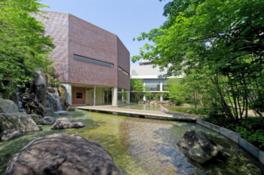 照葉樹の庭の中に建つあずきミュージアム